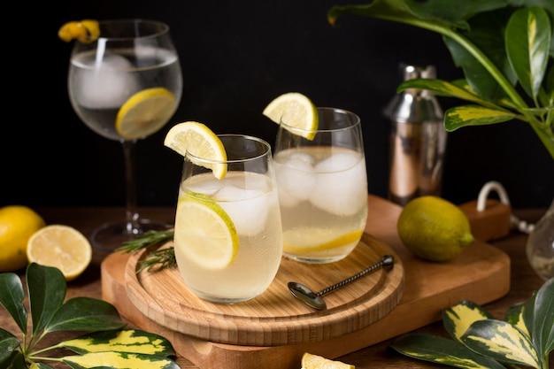 Bebidas refrescantes com cubos de gelo em cima da mesa