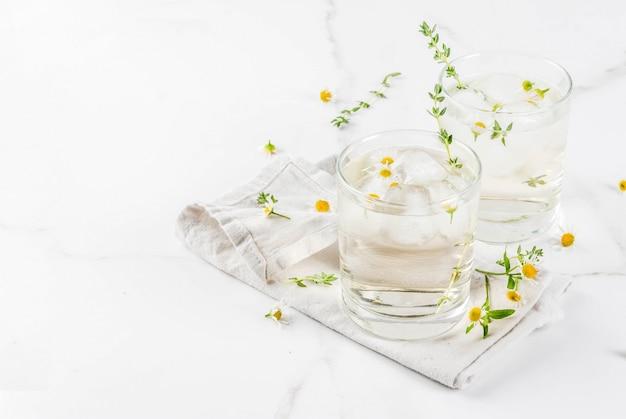 Bebidas refrescantes de verão, água com ervas com infusão, chá gelado. cocktail de uísque e mel de camomila