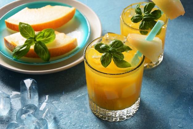 Bebidas refrescantes e sucos cítricos com cubos de gelo, menta e melão. conceito de verão