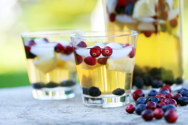 Bebidas refrescantes em um toco