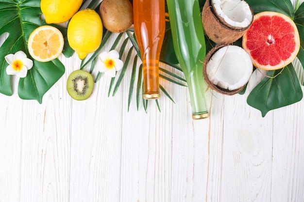 Bebidas refrescantes entre frutas tropicais brilhantes maduras