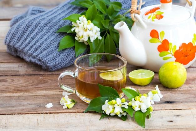 Bebidas saudáveis à base de ervas chá quente de limão cuidados de saúde para tosse ferida com rodela de limão, flores de jasmim