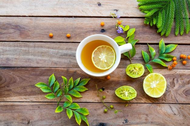 Bebidas saudáveis à base de plantas mel quente limão cuidados de saúde para tosse dolorida com fatia de limão
