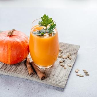Bebidas saudáveis de outono, suco de abóbora com salsa e sementes de abóbora, copie o espaço