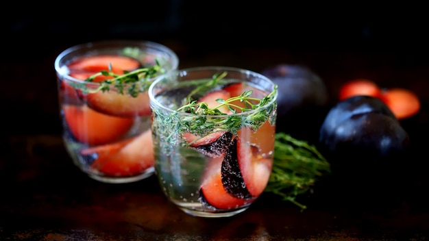 Bebidas saudáveis de verão com ameixas