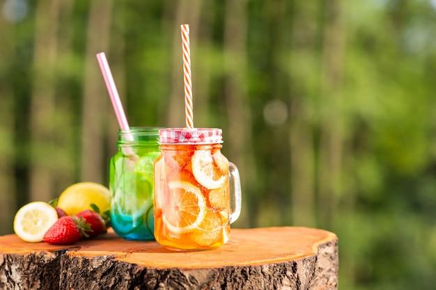 Bebidas sazonais. limonada com limão e morangos frescos