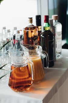 Bebidas servidas na mesa durante a festa