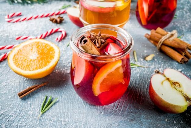 Bebidas tradicionais de inverno, coquetel de vinho quente com branco e vermelho, com vinho branco e tinto