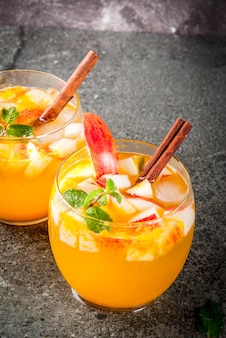 Bebidas tradicionais de outono, coquetéis de mojito de cidra de maçã com menta, canela e gelo.
