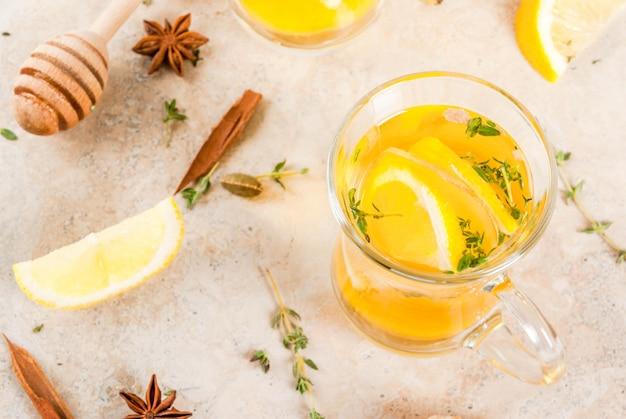 Bebidas tradicionais de outono e inverno. aquecimento de chá quente com limão, gengibre, especiarias