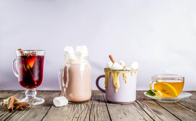 Bebidas tradicionais do inverno outono - café com leite de abóbora, chocolate quente, chá com limão e vinho quente