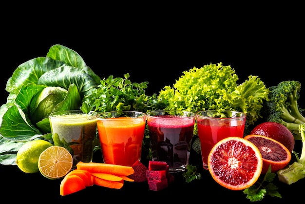 Bebidas veganas com frutas e vegetais no fundo preto isolado.
