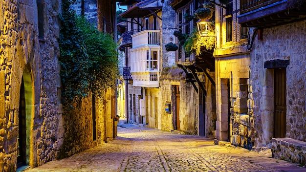 Beco estreito de pedra da cidade velha com ruas de paralelepípedos. santillana del mar.