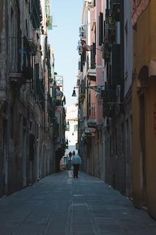 Beco estreito no meio dos edifícios em veneza, itália