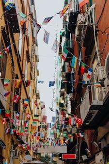 Beco festivo em nápoles, itália