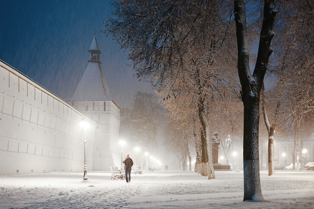 Beco nevado perto do mosteiro trinity st. sergy, sergiev posad, rússia