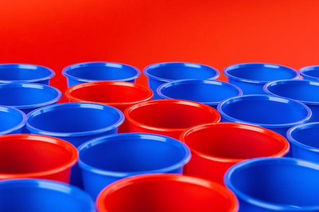 Beer pong, jogo de festa da faculdade. copos de plástico vermelho e azul