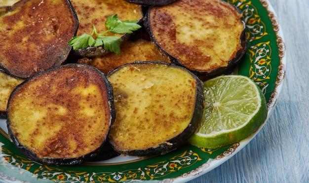 Beguni, feito de berinjela fatiada e empanada, cozinha bengali, pratos variados da ásia tradicional, vista de cima.