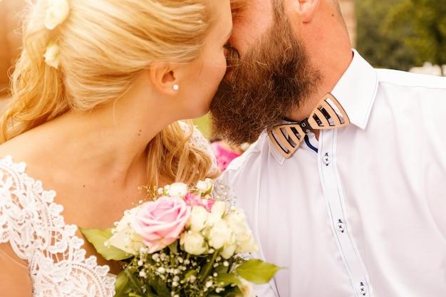 Beijando casais de casamento no verão natureza close-up portrait