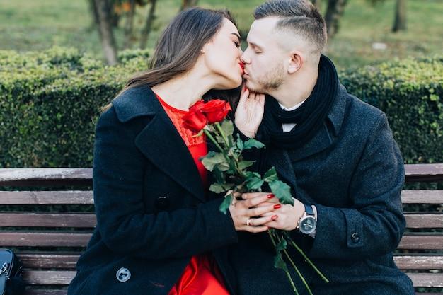 Beijando casal gentil tendo data