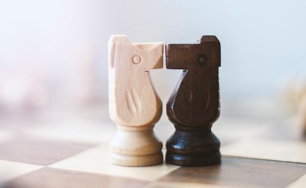 Beijando dois cavaleiros de xadrez