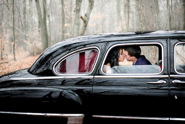 Beijar rica dois ao ar livre casal