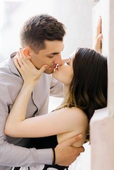 Beijo apaixonado de um jovem casal lindo