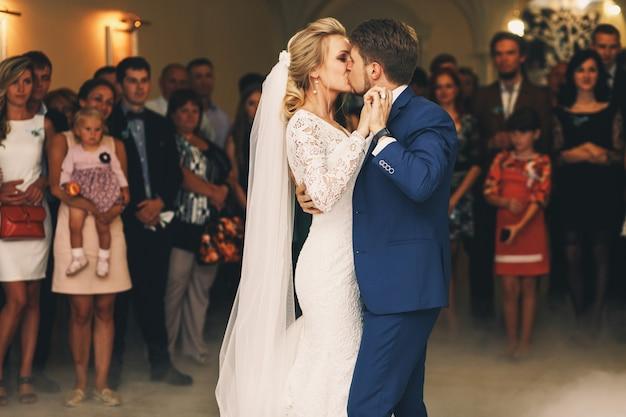 Beijo apaixonado do casamento casal dançando na primeira vez