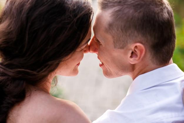 Beijo de homem e mulher no parque.