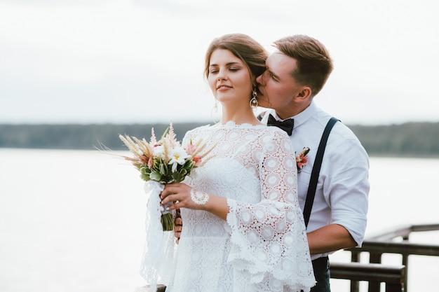 Beijo feliz casal recém-casado