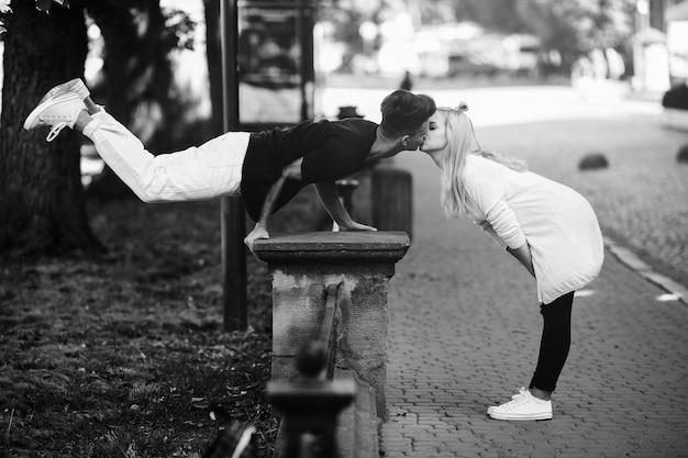 Beijo pessoa sorrindo mulher ao ar livre