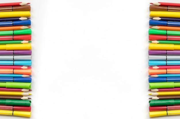 Beira de lápis da cor e no fundo do livro branco de canetas com ponta de feltro, espaço da cópia. material de escritório, de volta às aulas. vista do topo.