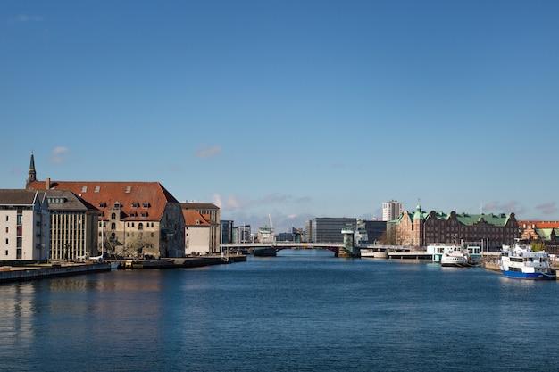 Beira-mar do distrito de christianshavn, edifícios de tietgens hus e de borsen.