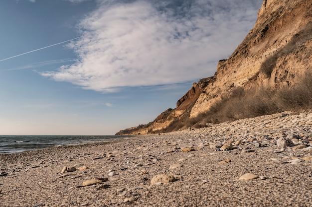 Beira-mar e surfar na praia, sem pessoas, local de férias isolado