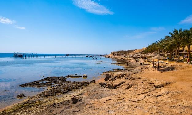 Beira-mar tropical quente com mar quente
