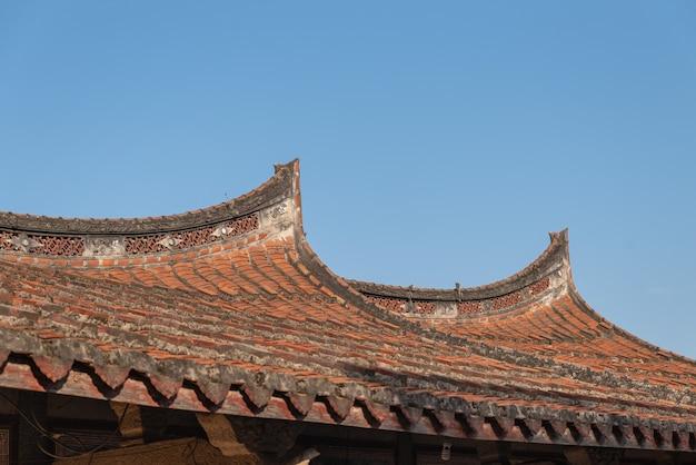 Beirais e cantos feitos de azulejos vermelhos em casas antigas chinesas tradicionais