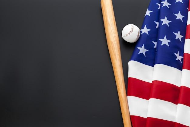 Beisebol e taco de beisebol com bandeira americana no fundo preto