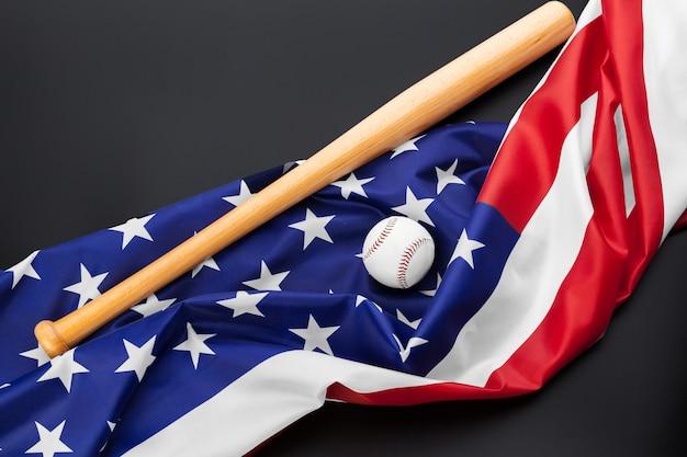 Beisebol e taco de beisebol com bandeira americana no preto