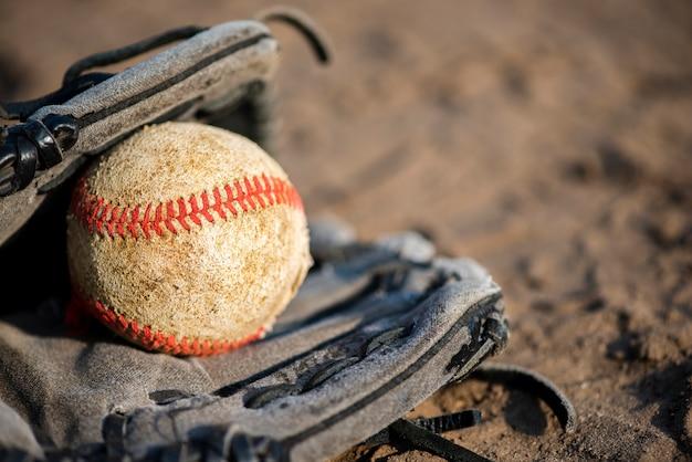 Beisebol na luva com espaço de cópia