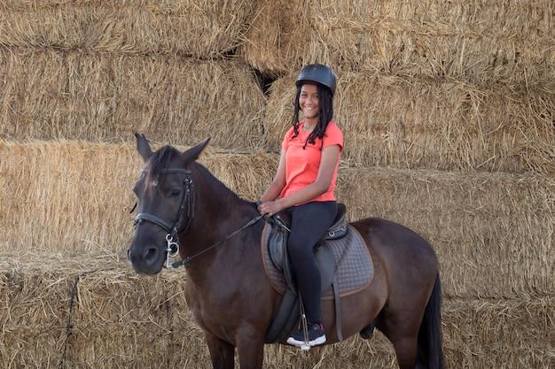 Bela adolescente com seu cavalo aprendendo a andar