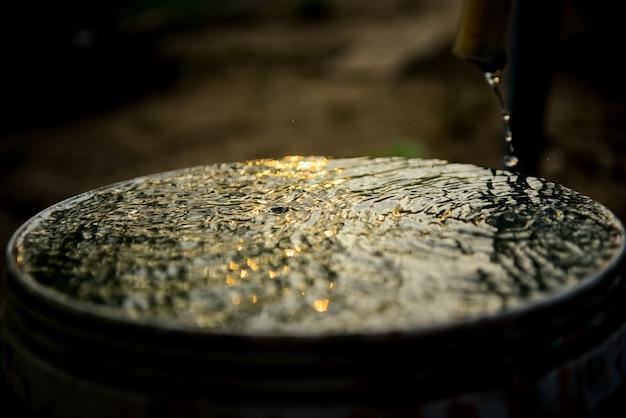 Bela água espirra com luz solar