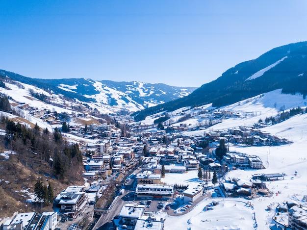 Bela aldeia de montanha coberta de neve nos alpes da áustria