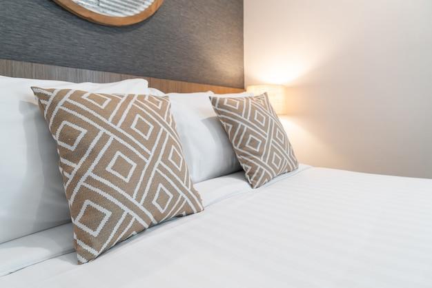 Bela almofada na decoração da cama do interior do quarto
