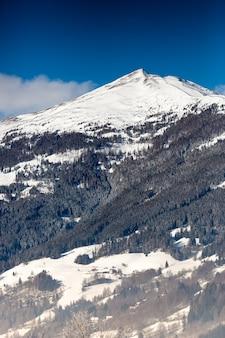 Bela alta montanha nos alpes austríacos coberta de neve em um dia ensolarado