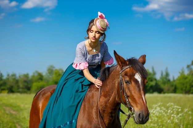 Bela aristocrata em um vestido em um cavalo