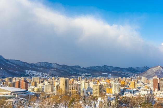 Bela arquitetura edifício com paisagem de montanha na temporada de inverno cidade de sapporo hokkaido japão