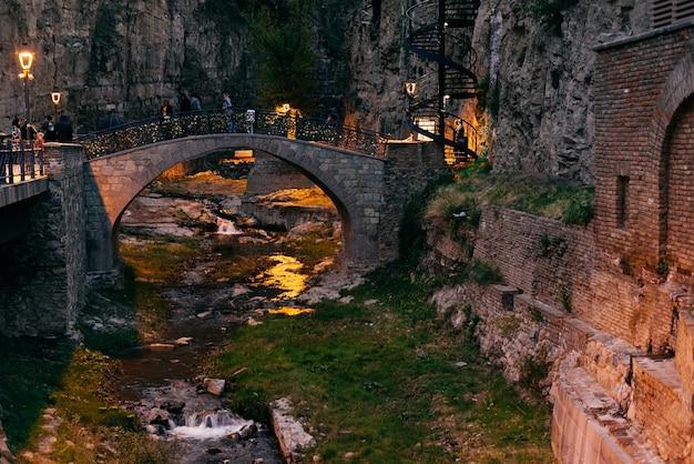 Bela arquitetura fascinante da cidade de tbilisi, na geórgia, edifícios de pedra e canal