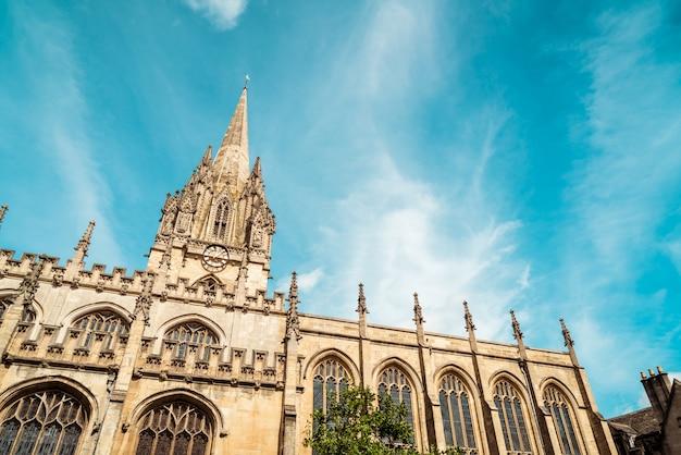 Bela arquitetura na universidade igreja de santa maria virgem, em oxford, reino unido