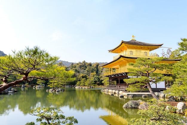 Bela arquitetura no pavilhão dourado, kinkaku-ji templo, kinkakuji templo sob céu azul