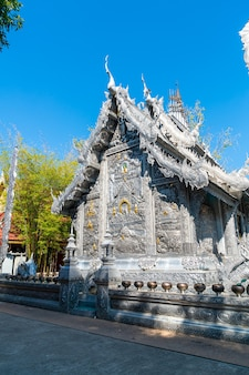 Bela arquitetura no templo de prata ou wat sri suphan na cidade de chiang mai, ao norte da tailândia